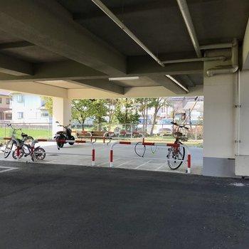 車も自転車も雨に濡れませんよ!