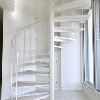 白の螺旋階段を上っていきます