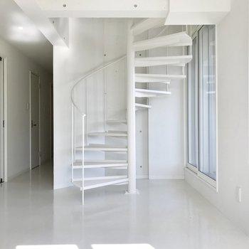美しいラインの螺旋階段があるお部屋