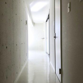 長い廊下の先に見える光