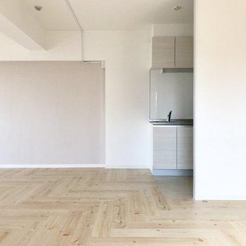 桜色と真っ白なキッチン。