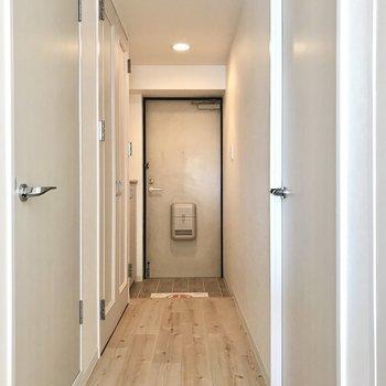 玄関もまっしろな空間。ここからナチュラルっていいなぁ。