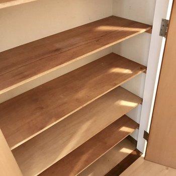 と、思ったら廊下にこの収納が!靴が多い人はここを活用してもいいよね。