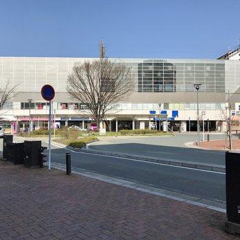 花畑駅の中にはスーパーが入っていたり。特急も停まりますよ。