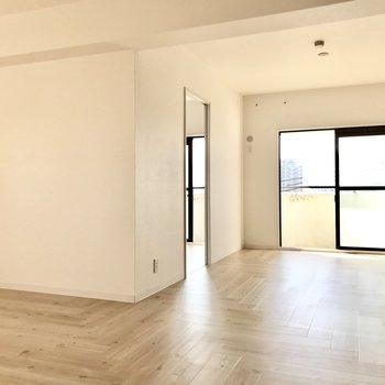 リビング横には洋室がちらり。扉を閉めればプライベートも守られますね。
