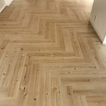 無垢床風のナチュラルな床板、ヘリンボーンになっています。お洒落・・・