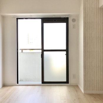 続いて玄関側の洋室。日当たりは微妙だけど落ち着くコンパクトさ。