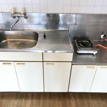 キッチンはコンロがもう付いてました!※写真は同じ建物の別部屋のものです