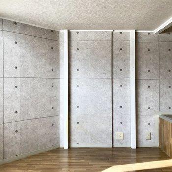壁はコンクリートの壁紙!※写真は同じ建物の別部屋のものです