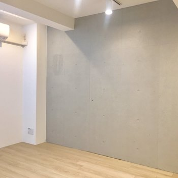 【洋室】ここもコンクリート打ちっぱなしです。