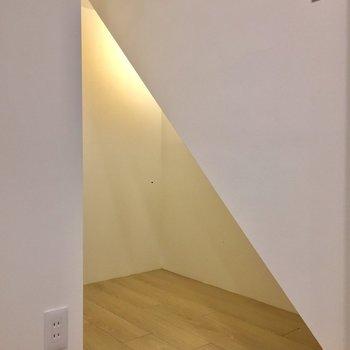 【洋室】奥にもスペースがあるのでお洋服以外も収納できます。