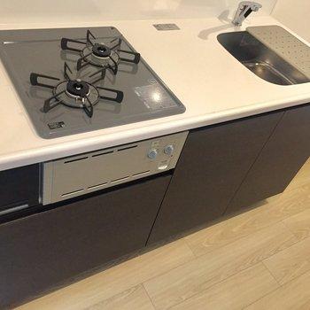 【LDK】2口コンロとゆったり調理スペースでお料理が捗りそうです。