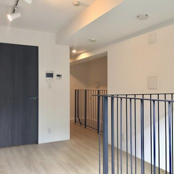 【LDK】右奥にキッチンと階段があります。