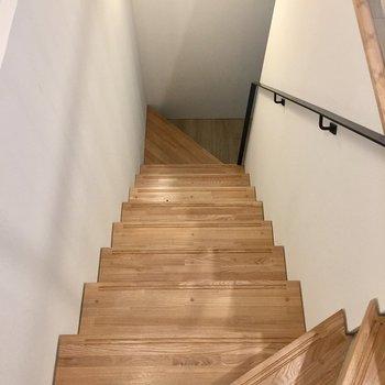 階段を降りてみましょう。
