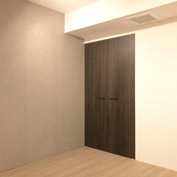 【寝室】コンクリート打ちっ放しの壁がスタイリッシュです。