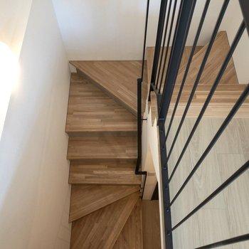 階段を降りて寝室に向かいましょう!