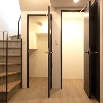 【寝室】階段下は収納になっています。