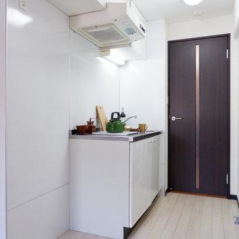 キッチン横に冷蔵庫を。※写真は2階の同間取りの別部屋のものです ※家具はサンプルとなります