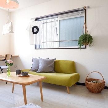 ソファの代わりにベッドを置いても良いですね。※写真は2階の同間取りの別部屋のものです ※家具はサンプルとなります