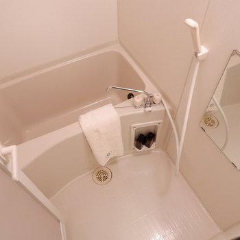 浴室は1人暮らしサイズ。※写真は2階の同間取りの別部屋のものです ※家具はサンプルとなります