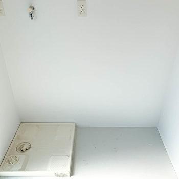 キッチンの後ろには洗濯機置き場と冷蔵庫置き場。