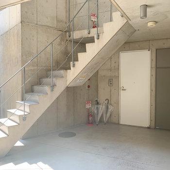 共用部です。この階段を登って3階まで。