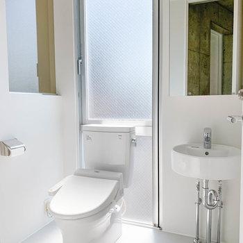 脱衣所にはトイレと洗面台。洗面台があるの嬉しいですね〜