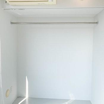部屋奥に、収納スペース。ひらけているので、ハンガーラック代わりにもできそう。