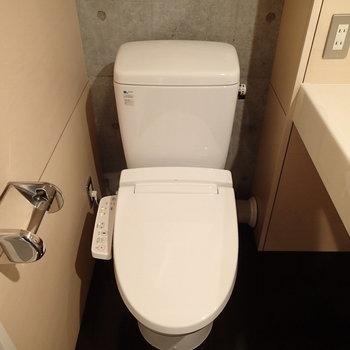 トイレもウォシュレットつき。※写真は2階の同間取り別部屋のものです