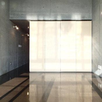 床もてかてか素材でさらに光を反射します!※写真は2階の同間取り別部屋のものです