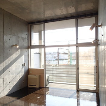 天井高し!!※写真は2階の同間取り別部屋のものです