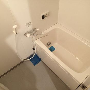 お風呂はこちら。追焚き機能付き。※写真は2階の同間取り別部屋のものです
