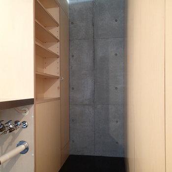 キッチンの奥にもちょっとしたスペースが。※写真は2階の同間取り別部屋のものです