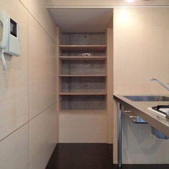 キッチンも不思議なかたち。※写真は2階の同間取り別部屋のものです