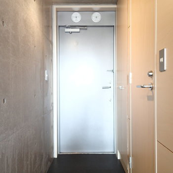 玄関はこちら。このスポットライトがお部屋までずっと続きます。※写真は2階の同間取り別部屋のものです