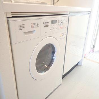 キッチンには洗濯機もついてます。※写真はモデルルームです。