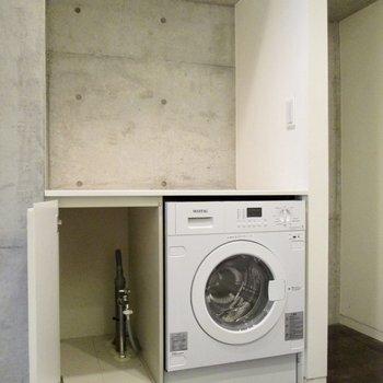 隣に洗濯機と収納があります。※写真はクリーニング前のものです