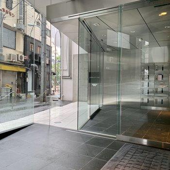ガラス張りでオフィスのような入口。
