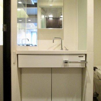 洗面台は大きい!※写真はクリーニング前のものです