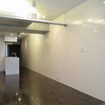 レンガタイル調の壁がより明るくしてくれます。※写真はクリーニング前のものです