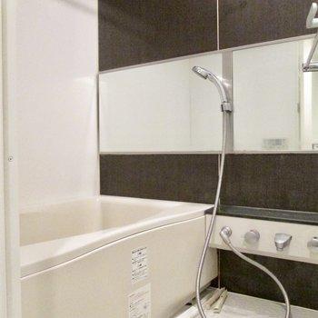 浴室も広く鏡は横タイプのものです。※写真はクリーニング前のものです