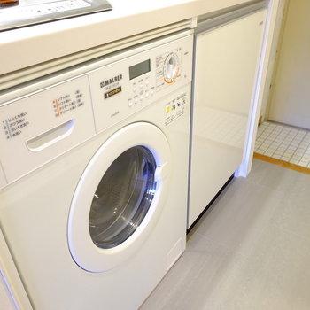 洗濯機はキッチンの下※写真はモデルルームです。