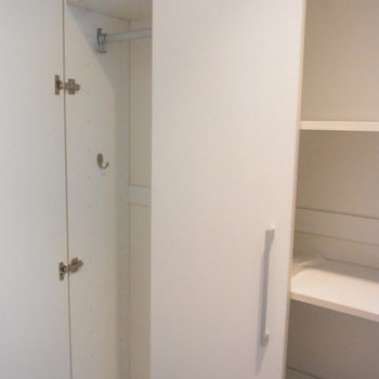 白い玄関の収納。※写真は9階の同間取りの別部屋のものです
