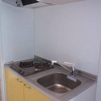 イエローがポイントのキッチン※写真は9階の同間取りの別部屋のものです