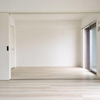 お隣は5.7帖の洋室です。(※写真は5階の同間取り別部屋のものです)