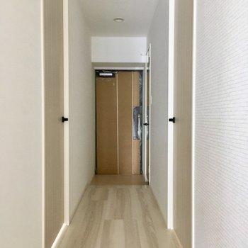 玄関は鍵をかざすだけで解錠できるノンタッチキー!(便利)(※写真は5階の同間取り別部屋のものです)