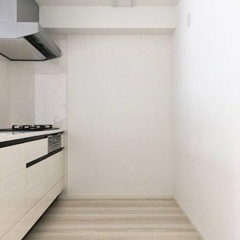キッチン後ろには食器棚や冷蔵庫も置けちゃいますね。(※写真は5階の同間取り別部屋のものです)