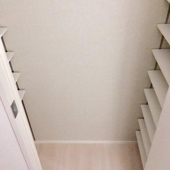 シューズボックスも左右にこの量・・・ファミリーでも余裕のサイズ。(※写真は5階の同間取り別部屋のものです)