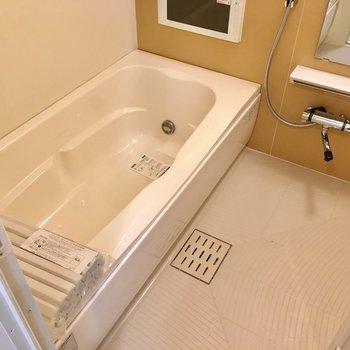 お風呂には16型バステレビや浴室乾燥機暖房機など・・・充実の設備。(※写真は5階の同間取り別部屋のものです)