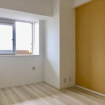 こちらは玄関横の5.7帖の洋室。(※写真は5階の同間取り別部屋のものです)